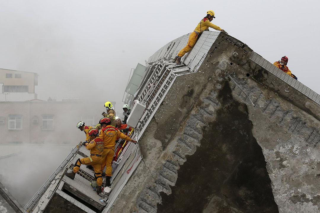 2016年2月6日,台南,一棟17層高的樓房在地震後倒塌,救援人員在現場進行搶救。攝:Patrick Lin/REUTERS