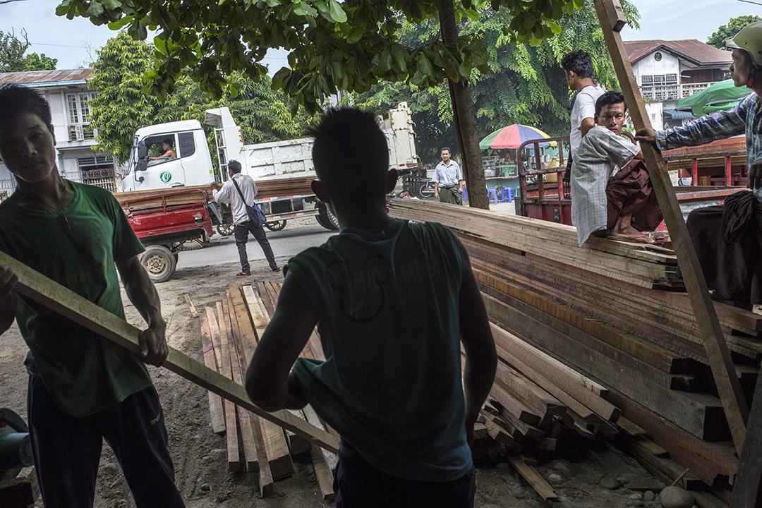 工人在密支那的木行搬運木材。攝: Minzayar/端傳媒