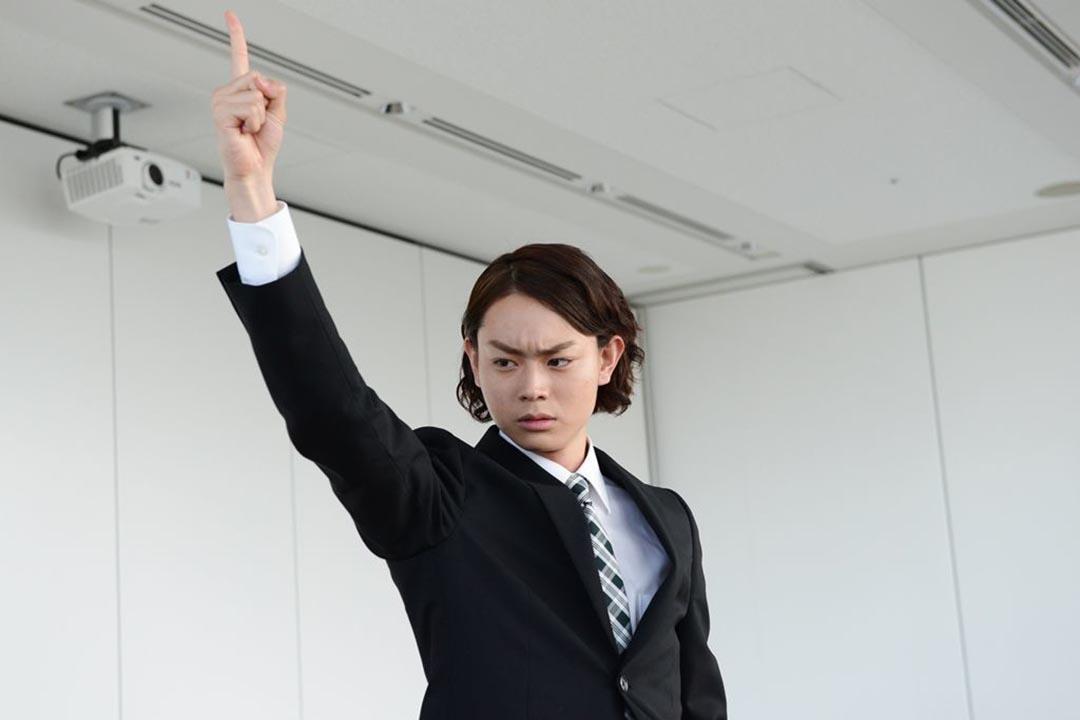 菅田將暉飾演的兒子武藤翔,怒髮衝冠。圖片為《民王》劇照。