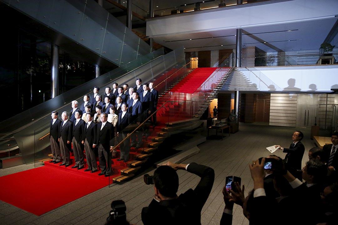 日本首相安倍晉三和他的內閣成員合照。攝 : Issei Kato/REUTERS