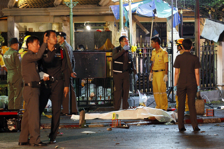 爆炸案的死者遺體被白布覆蓋。