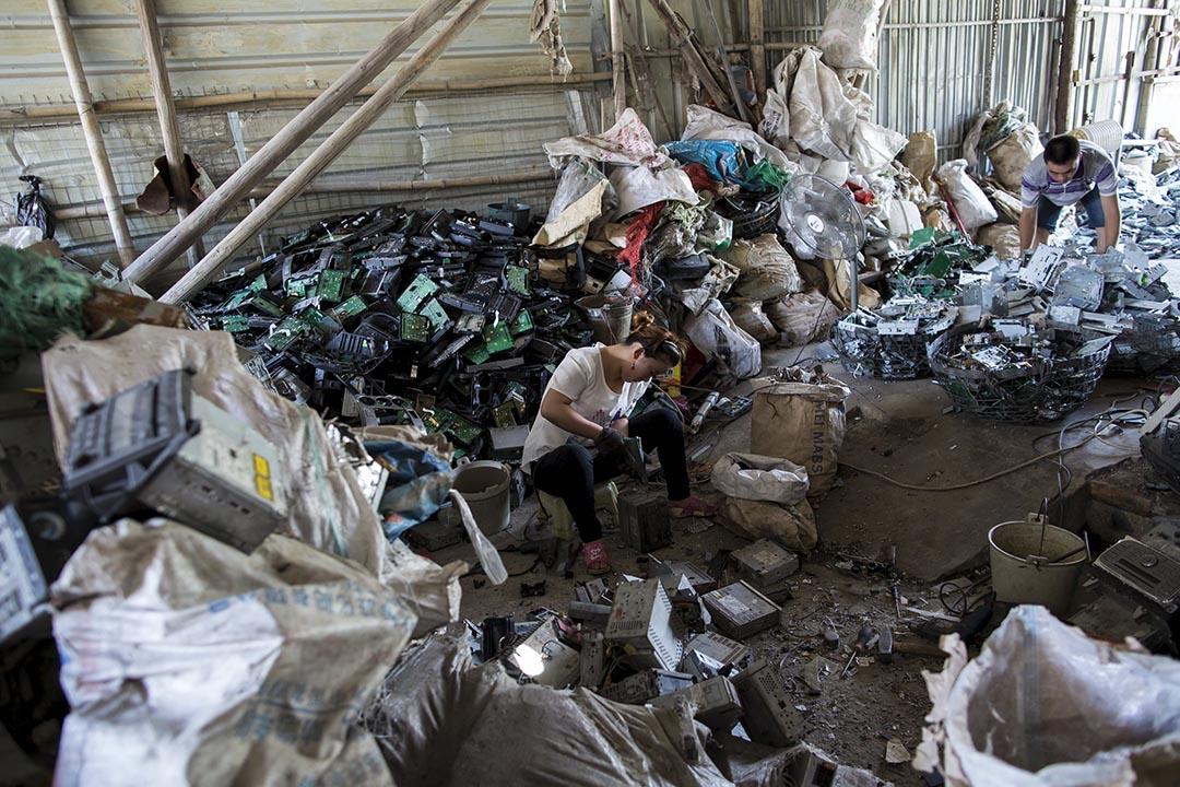 2015年6月,廣東貴嶼的電子垃圾及塑膠拆解回收場,工人用簡陋的方法來提取電子垃圾的晶片。