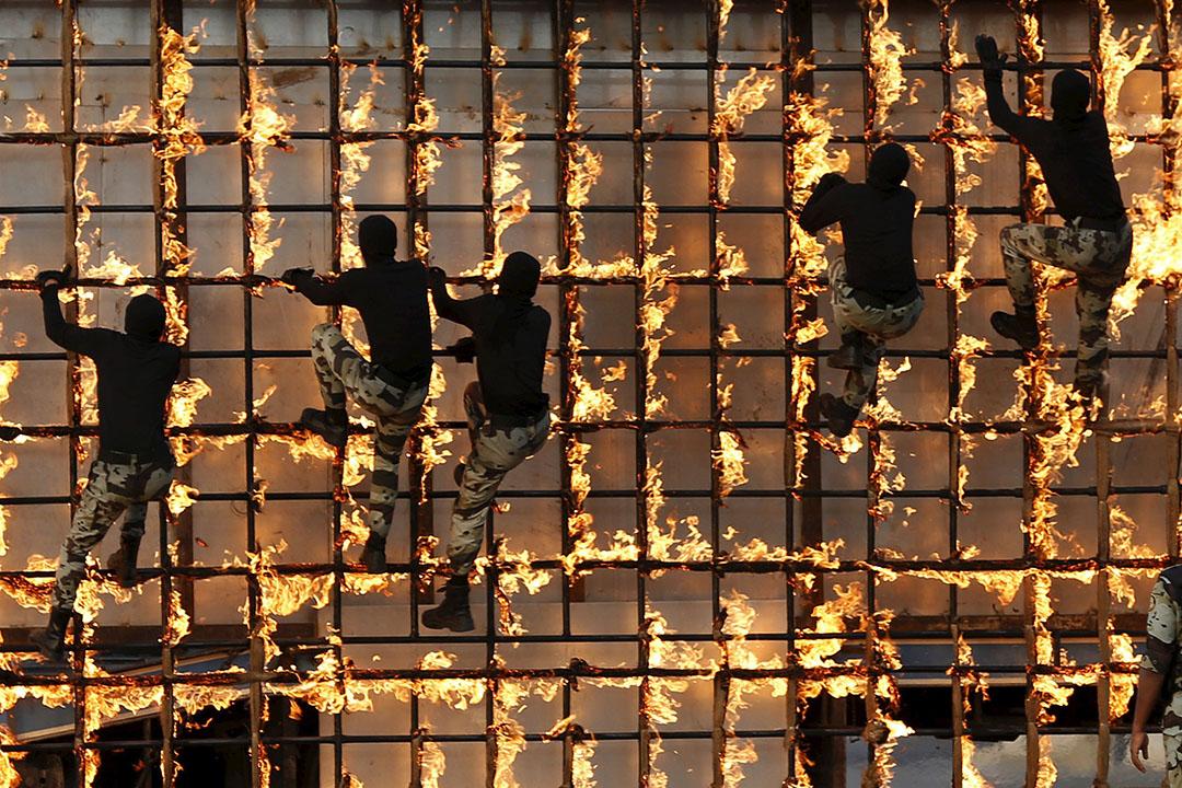 沙特阿拉伯保安部隊在閱兵期間爬火架。攝: Ahmad Masood/REUTERS