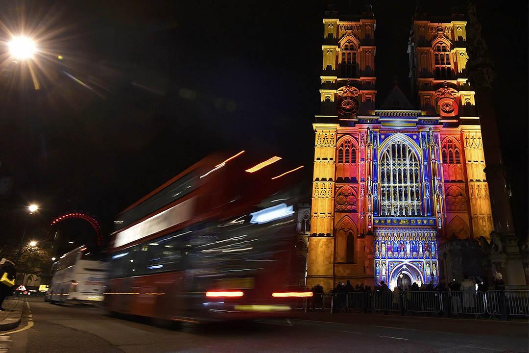 "2016年1月14日,倫敦西敏寺大教堂亮起了由藝術家 Patrice Warrener 設計的""The Light of the Spirit""燈飾。攝:Toby Melville/REUTERS"