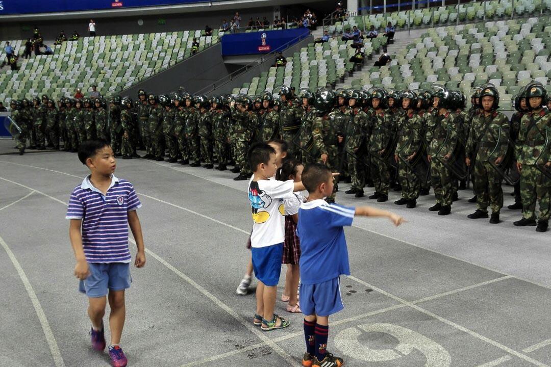 9月1日,開賽前幾天,小朋友觀看武警們在深圳市寶安體育中心外場操練。攝: 白彬/端傳媒