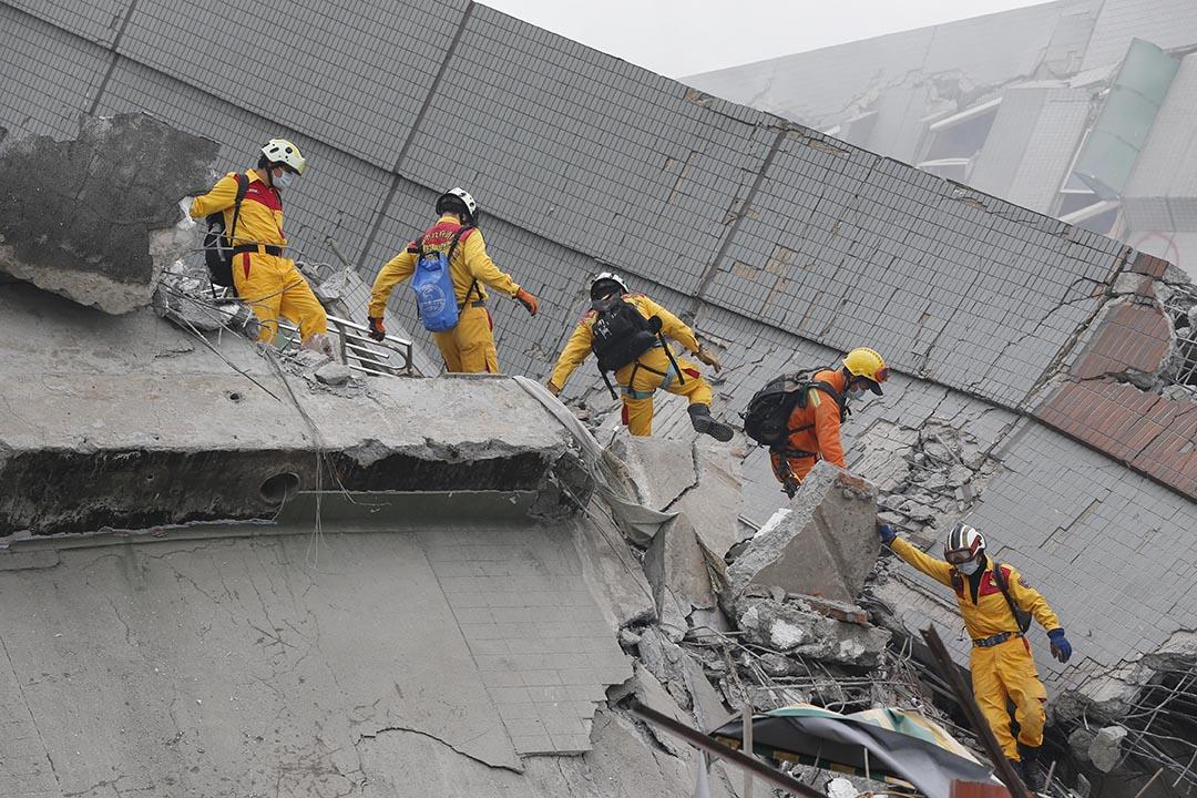 救援人員在現場搜尋生還者。攝 : Wally Santana/AP