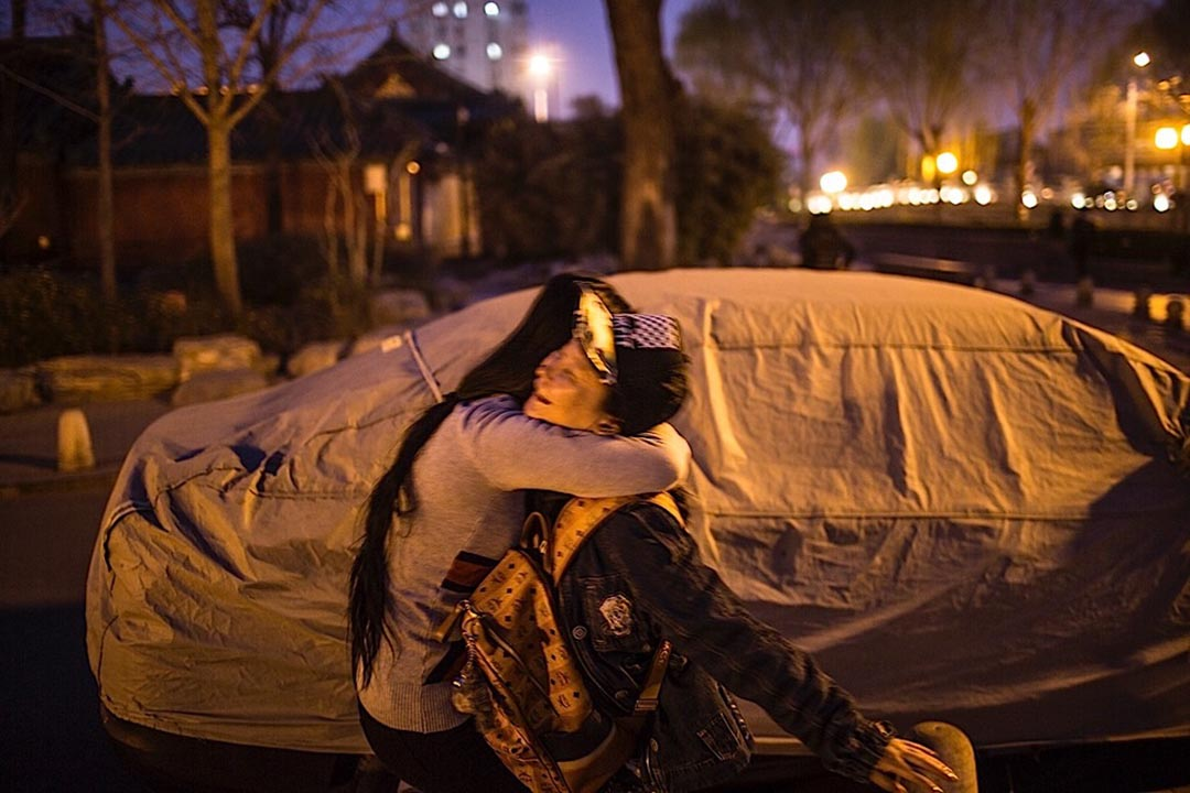 北京后海,手術後難得放鬆心情去遊玩,兩位並肩的戰友興奮地擁抱起來。攝: 馮海泳