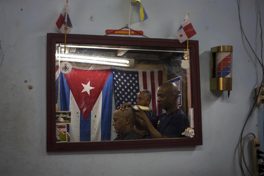 美國與古巴於7月20日重開領使館,圖為古巴夏灣那的理髮店內懸掛着美國和古巴的國旗。 攝:Ramon Espinosa/AP