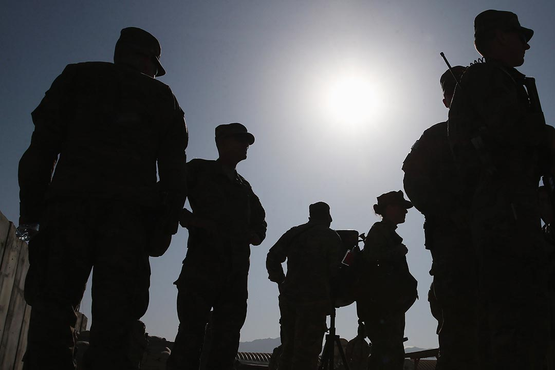 美軍士兵在阿富汗軍營內戒備。攝 : Mark Wilson/GETTY
