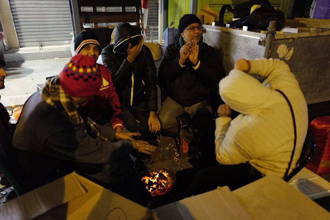 2016年1月24日,香港,義工於深夜在深水埗街頭慰問露宿者。攝:Anthony Kwan/端傳媒
