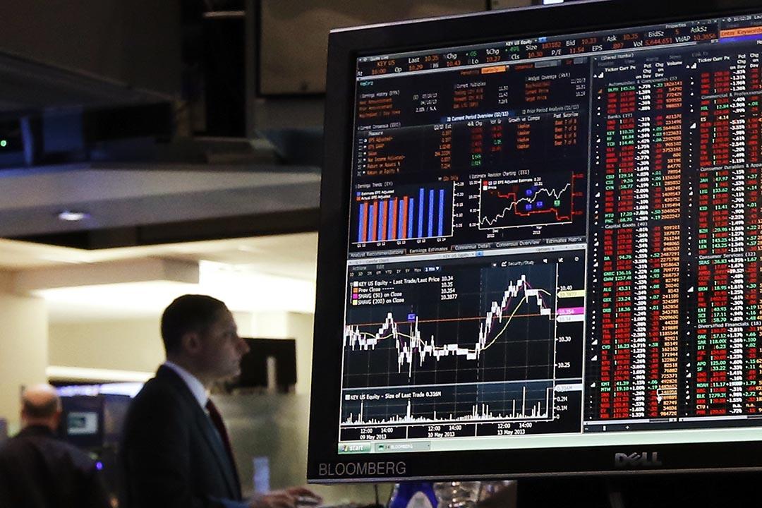 紐約證券交易所,交易員在彭博終端旁工作。攝:Brendan McDermid/REUTERS