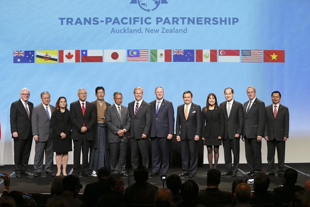 2月4日,美國、日本、加拿大、墨西哥、澳大利亞、紐西蘭、越南、文萊、智利、馬來西亞、秘魯和新加坡12國官員在紐西蘭奧克蘭正式簽署了《跨太平洋夥伴關係協定》。攝:David Rowland/SNPA via AP