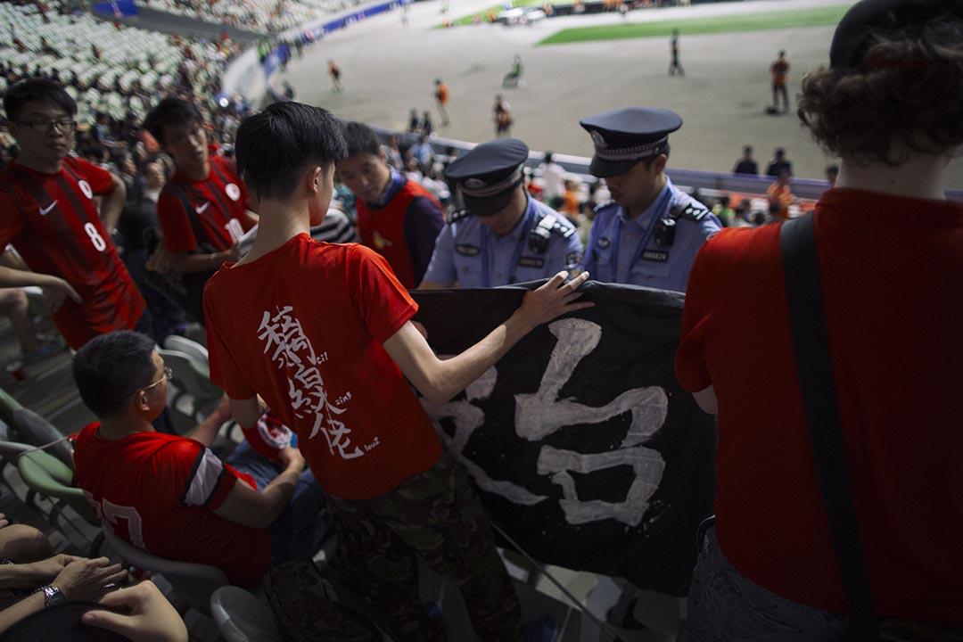 公安表示球迷的黑色打氣旗幟「唔老嚟」(不吉利),著球迷不要於比賽時揮動。攝 : 葉家豪/端傳媒