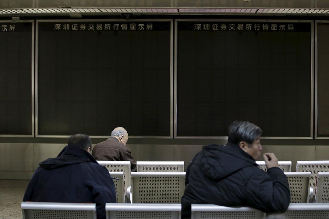 中國A股熔斷機制推行以來,已在4天內4次觸發熔斷,其中2次熔斷致停盤,中國證監會於1月7日晚緊急叫停。攝:Jason Lee/REUTERS