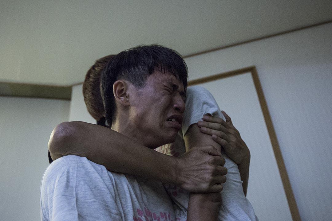 台灣歷史課綱示威學生廖崇倫與教育部部長吳思華會 談期間激動落淚。