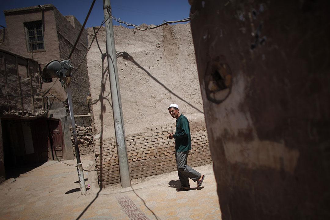 一名維吾爾族男子在新疆喀什舊城區內。攝:Carlos Barria/REUTERS