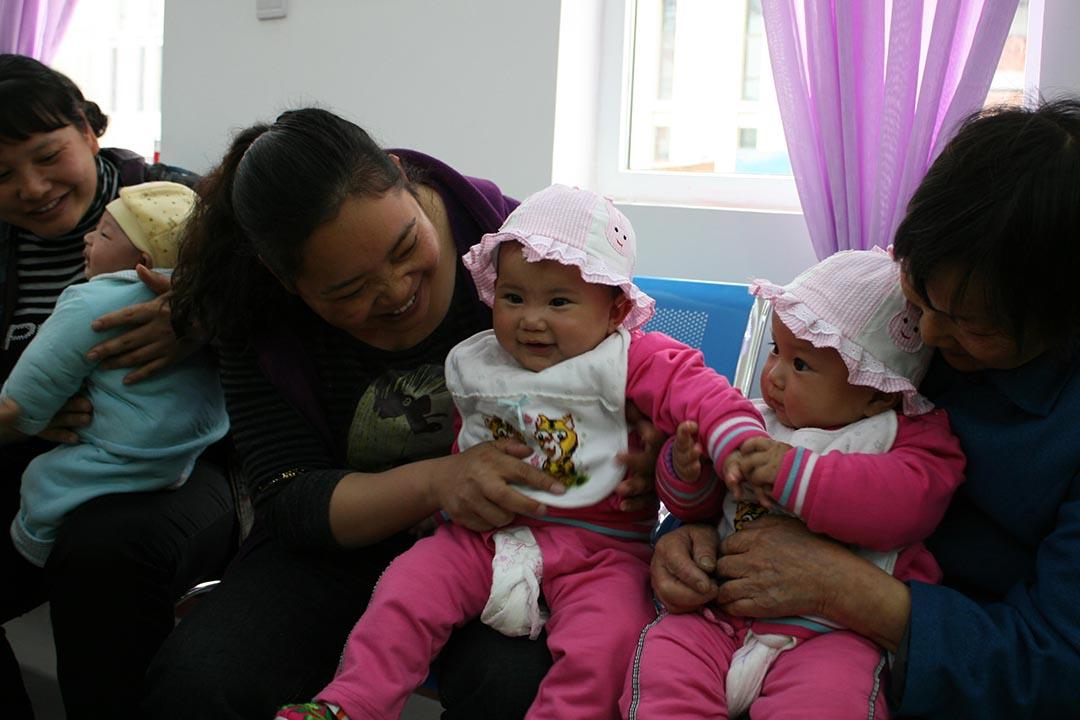 北川計生服務站裏,因地震失去獨生子女的家庭,由於黨的「再生育」政策而重拾歡笑,媽媽和奶奶都說:「生活又有了盼頭!」。攝:朱建陵
