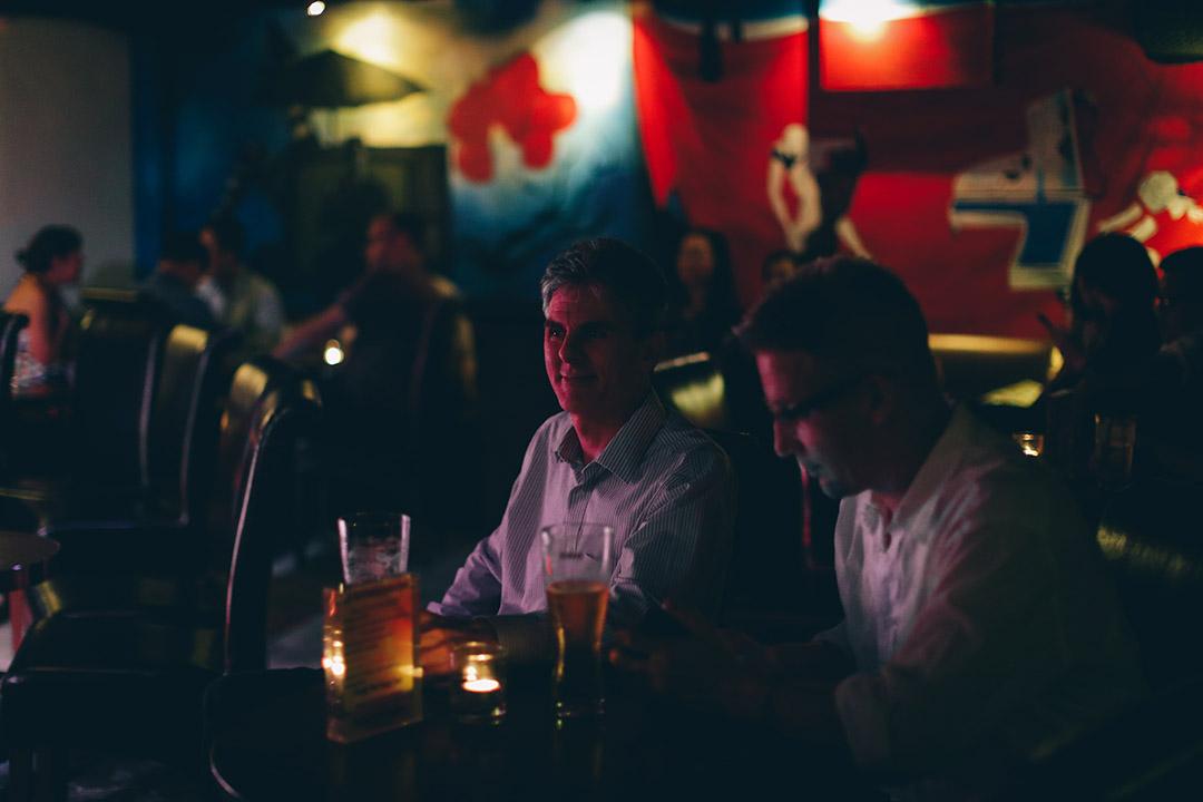 酒吧的壁畫都描繪著顏色鮮豔的樂手,於此品酒別有風味。攝:王嘉豪/端傳媒