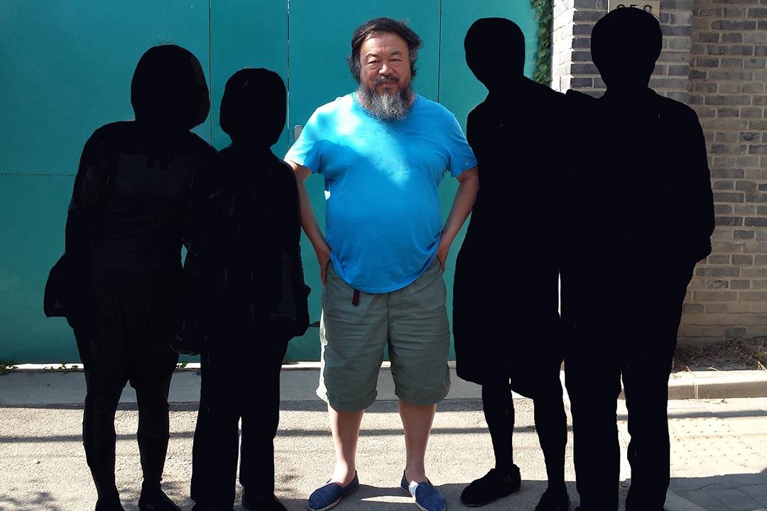 四港燦在CCTV監視的FAKE工作室門口,偶遇剛出來準備去自己展覽開幕的艾未未。