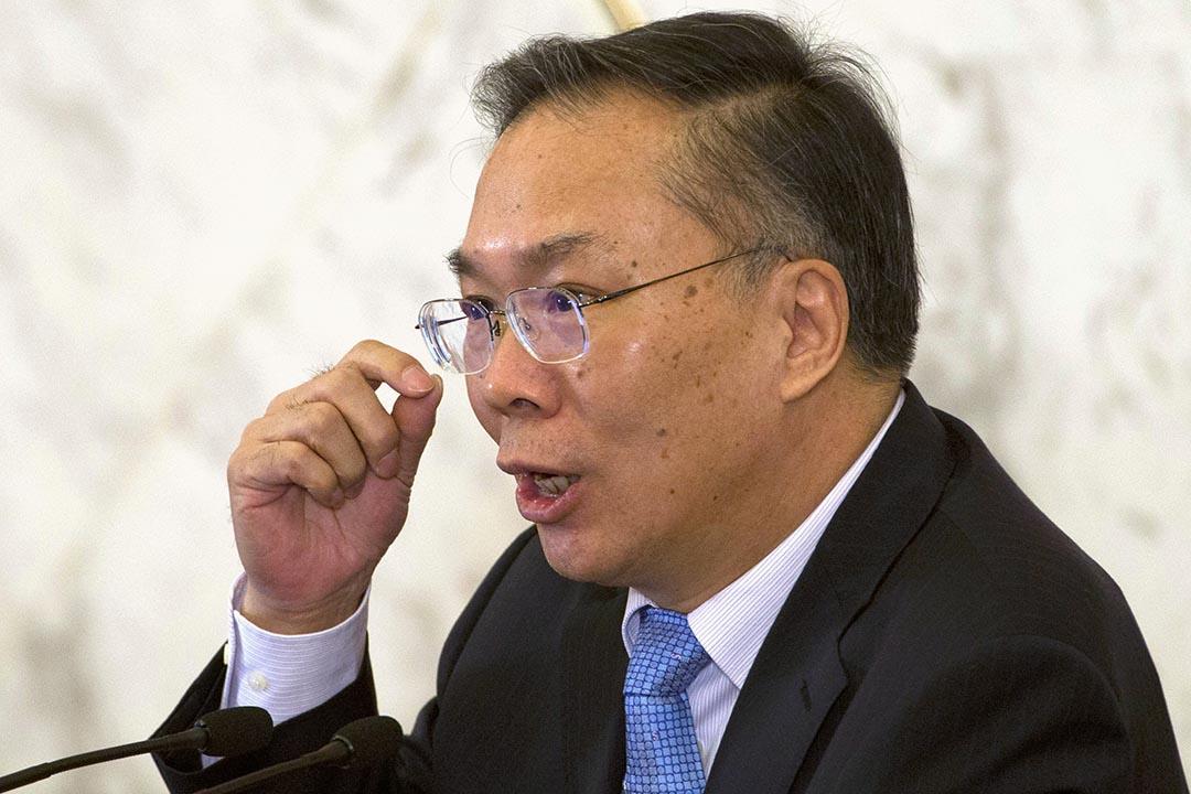 新任政協新聞發言人、全國政協外事委員會副主任王國慶在回答記者提問。攝 : Ng Han Guan/AP