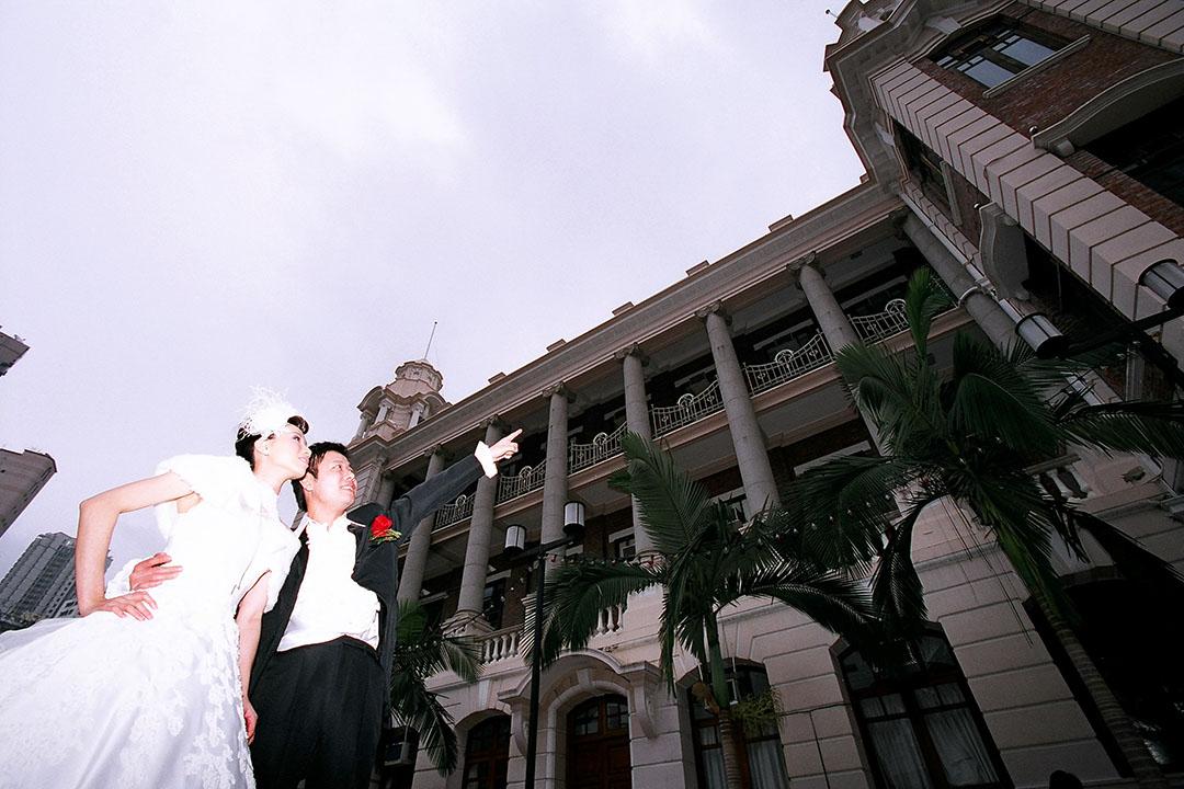 結婚時已彷彿「老夫老妻」,但是學運老鬼回到母校拍婚紗,感覺還是強烈。照片由受訪者提供