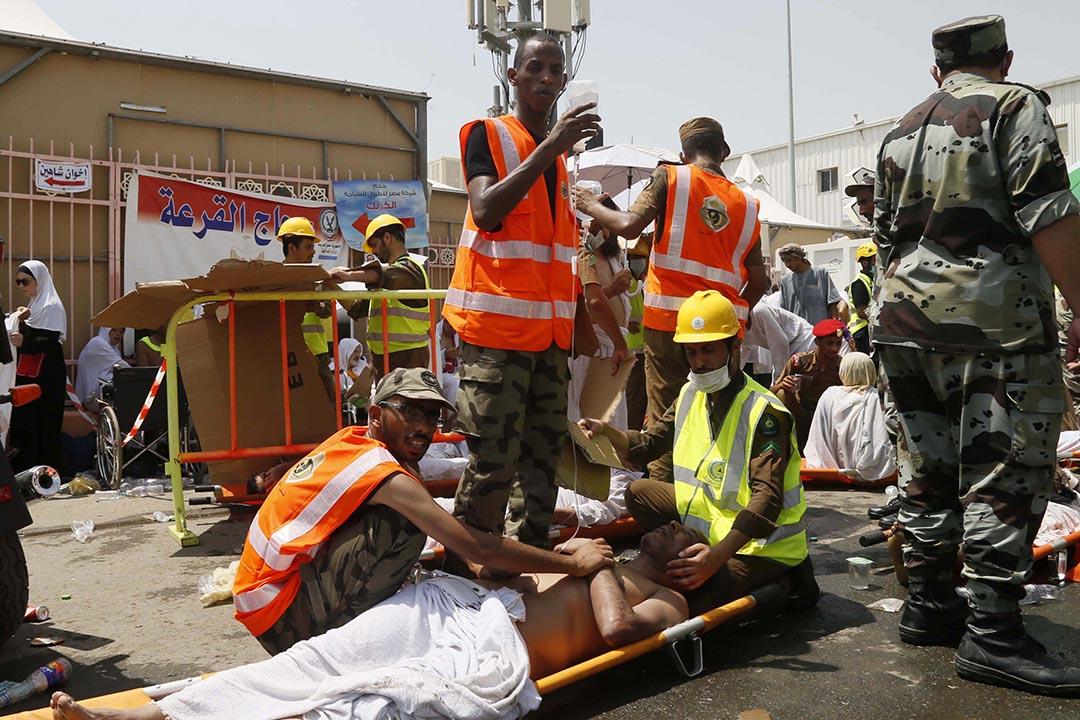 救援人員正在為朝聖者進行急救。攝 : AP