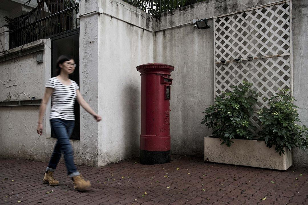 香港市民在長春社文化古蹟資源中心外的郵筒前走過。攝 : Xaume Olleros/端傳媒