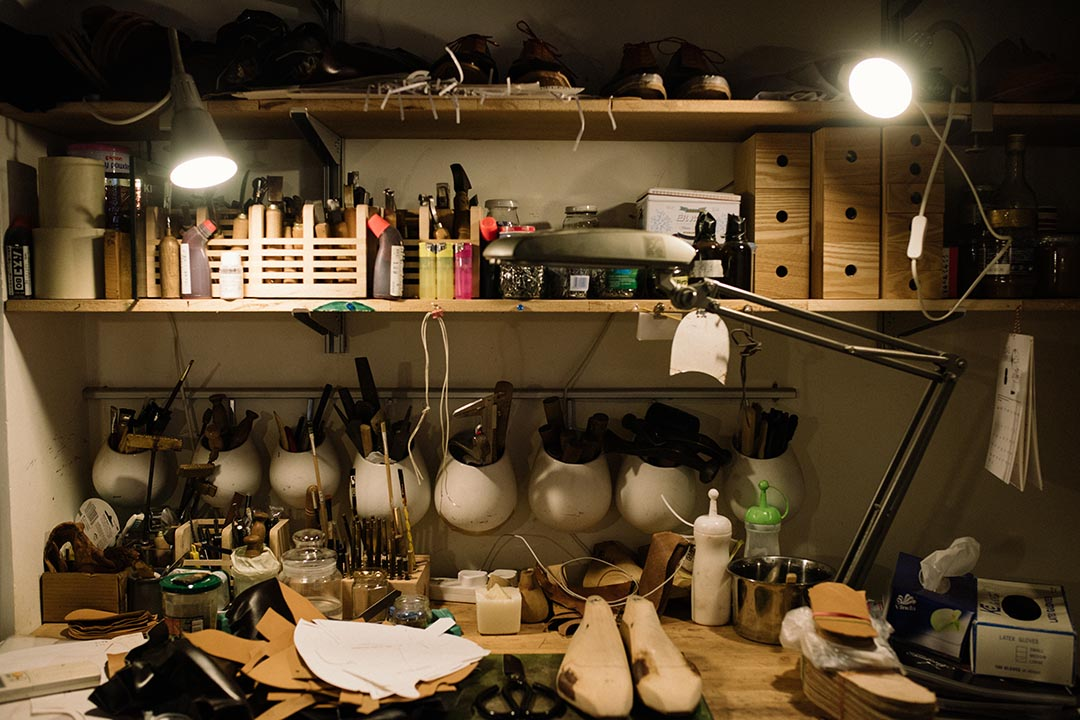 手造鞋的製作工序繁複,所需的大大小小工具,放滿 Okuyama 工作枱。 攝:LIT MA/端傳媒