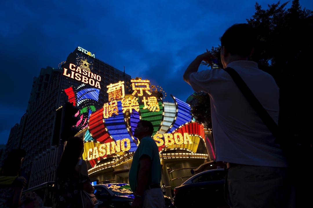 旅客在澳門萄京娛樂場外拍照。攝 : Tyrone Siu/REUTERS