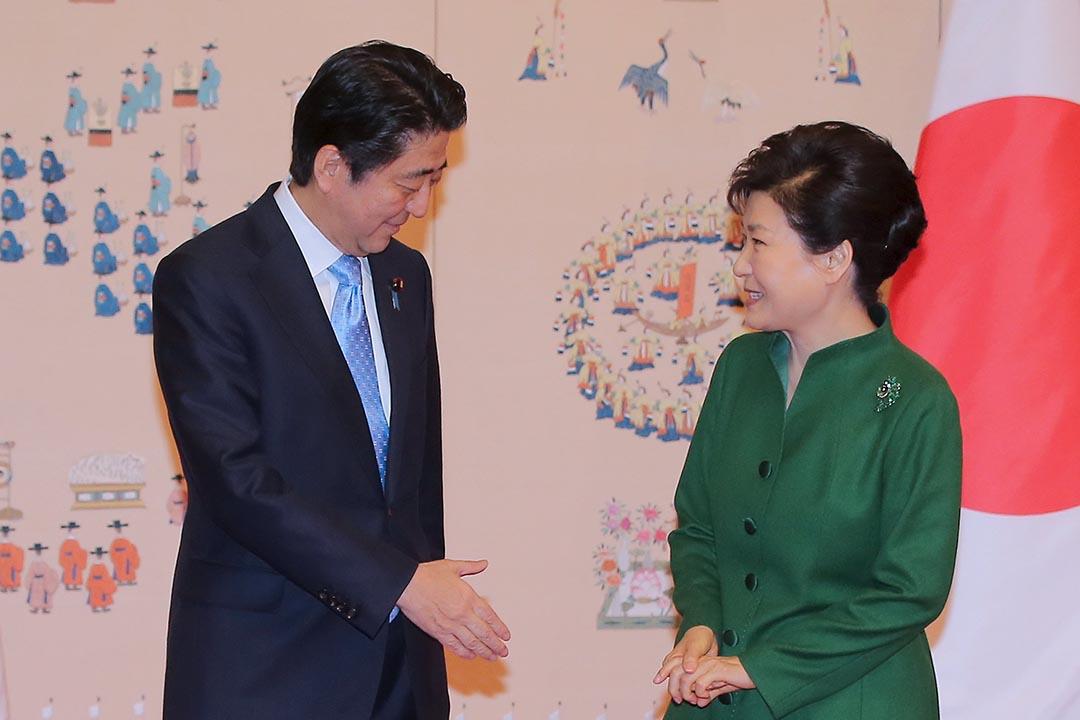 韓國總統朴槿惠(右)與日本首相安倍晉三(左)在首爾青瓦台舉行會談。攝:Lee Jung-hoon/Yonhap/REUTERS