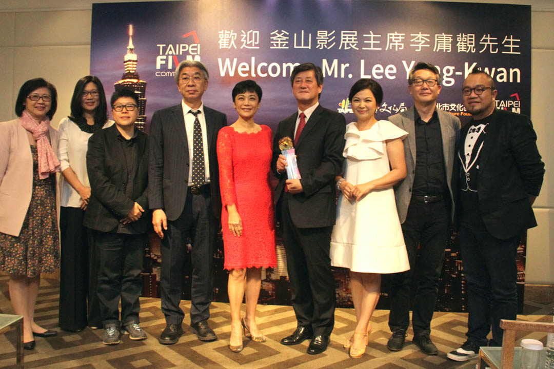 早前韓國釜山影展主席李庸觀訪台,台北市文化局局長倪重華(左四)頒贈電影文化成就獎。照片由影委會提供