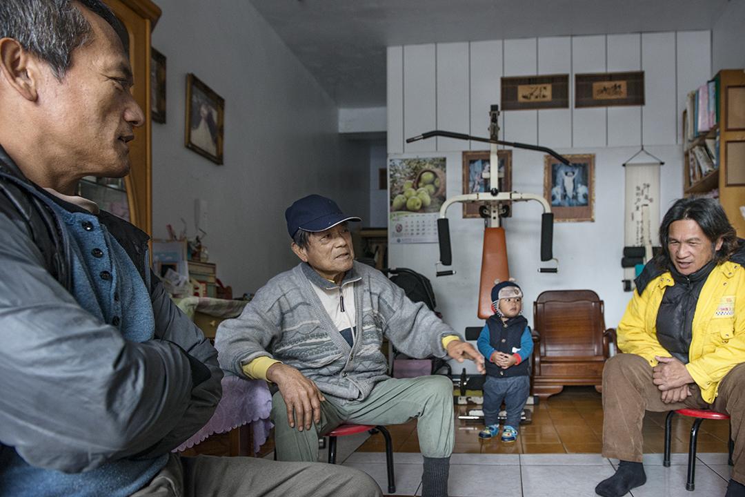 Talum Dusuluman(王光祿)、Takimi部落的領袖Umas(王秀德)、Kavas牧師。三人在Talum家裏向記者介紹布農族的傳統文化。攝:Alberto Buzzola/端傳媒