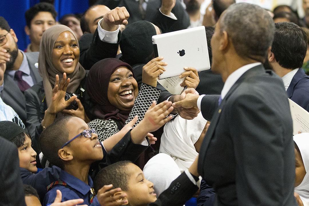 2月3日,訪問巴爾的摩穆斯林社區期間,奧巴馬在與民眾握手。攝:Pablo Martinez Monsivais/AP