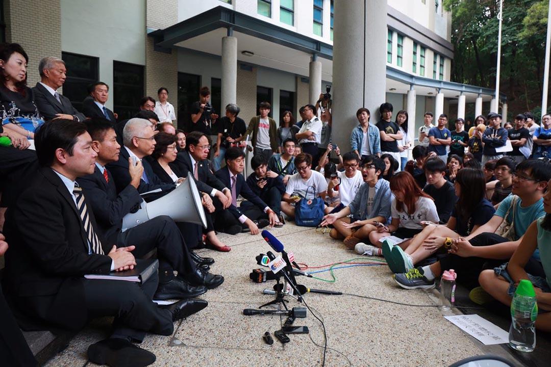 嶺南大學校董與學生們坐在行政大樓外對話。攝:王嘉豪/端傳媒