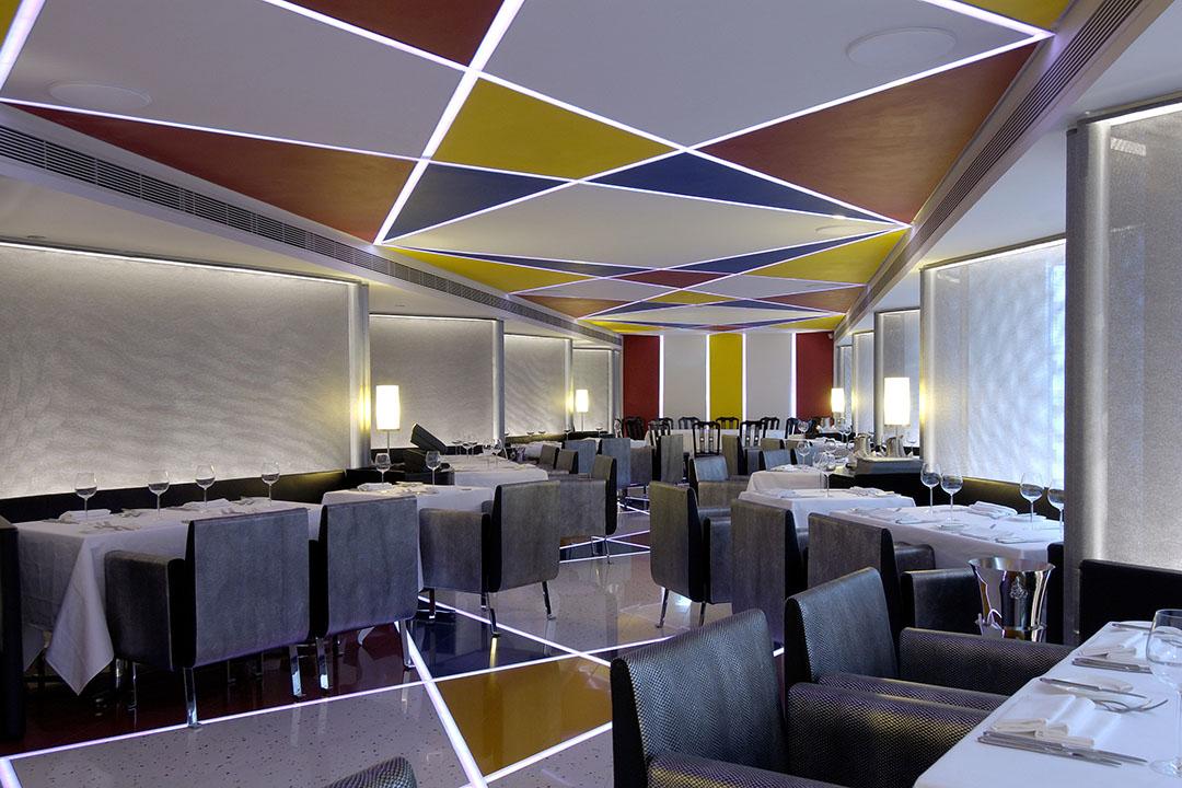 餐廳天花及地板均裝有發光 LED 燈,晚上來吃飯是另一番情調。