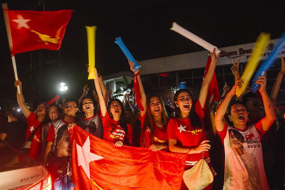 2015年11月9日,全國民主聯盟支持者於晚上到民盟總部集會慶祝選舉獲勝。攝: Anthony Kwan/ 端傳媒