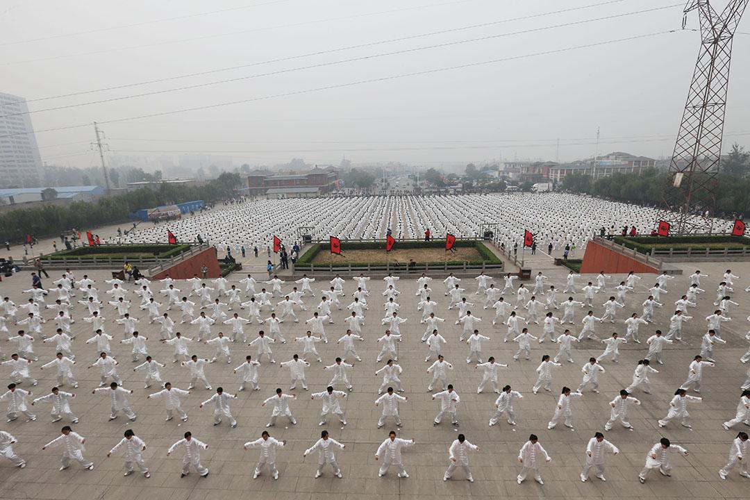2015年10月18日,河南,焦作市召集世界各地其他50個城市一同集體耍太極,盼能召集全球100萬人一同耍太極,挑戰健力氏世界紀錄。攝:CFP/GETTY