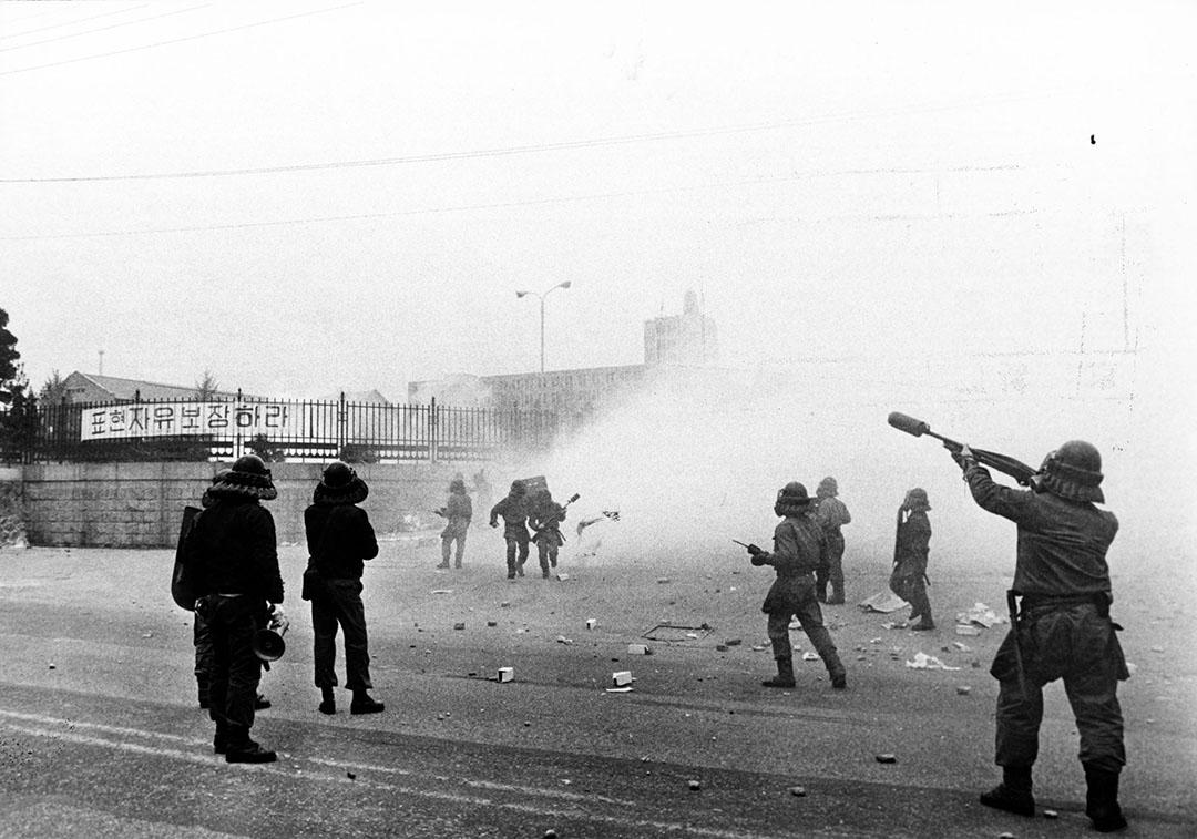 韓國,防暴警察擲催淚彈並噴灑胡椒噴霧,傾全力鎮壓示威群眾。