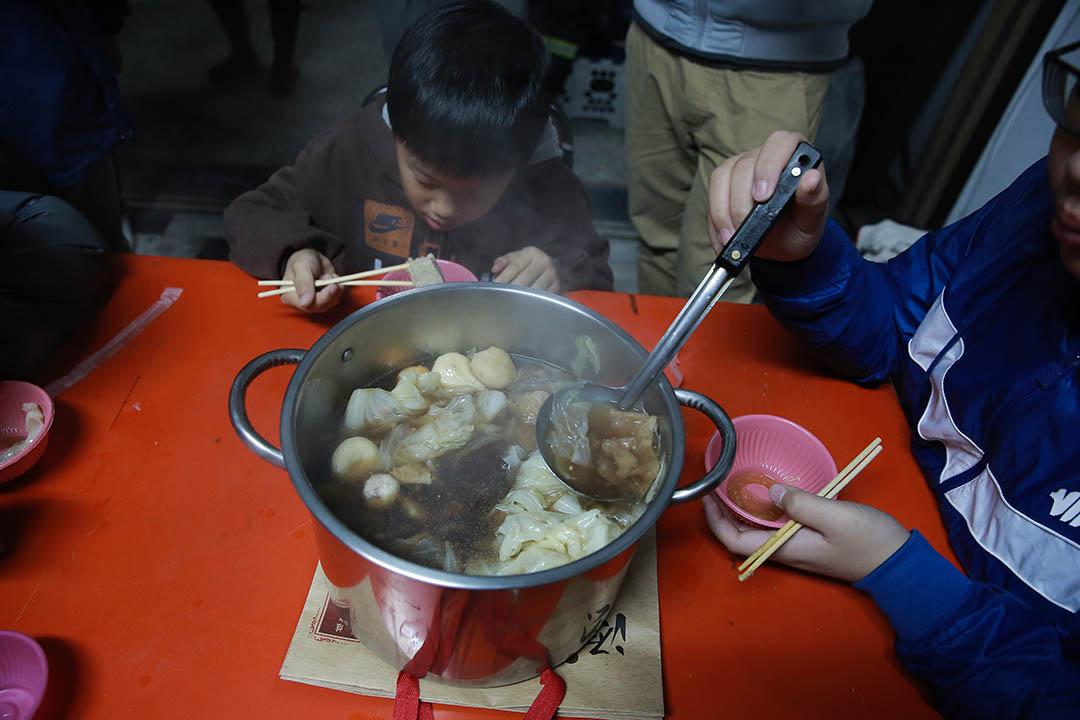 2016年2月7日,台南,災民在年廿九晚吃簡單的年夜飯。攝:徐翌全/端傳媒