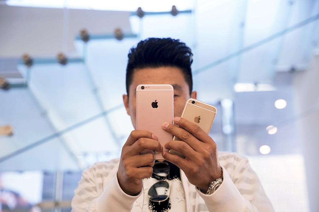 2015年9月25日,北京,一名男顧客在蘋果專門店使用iPhone 6s Plus智能電話。 攝:Damir Sagolj/REUTERS