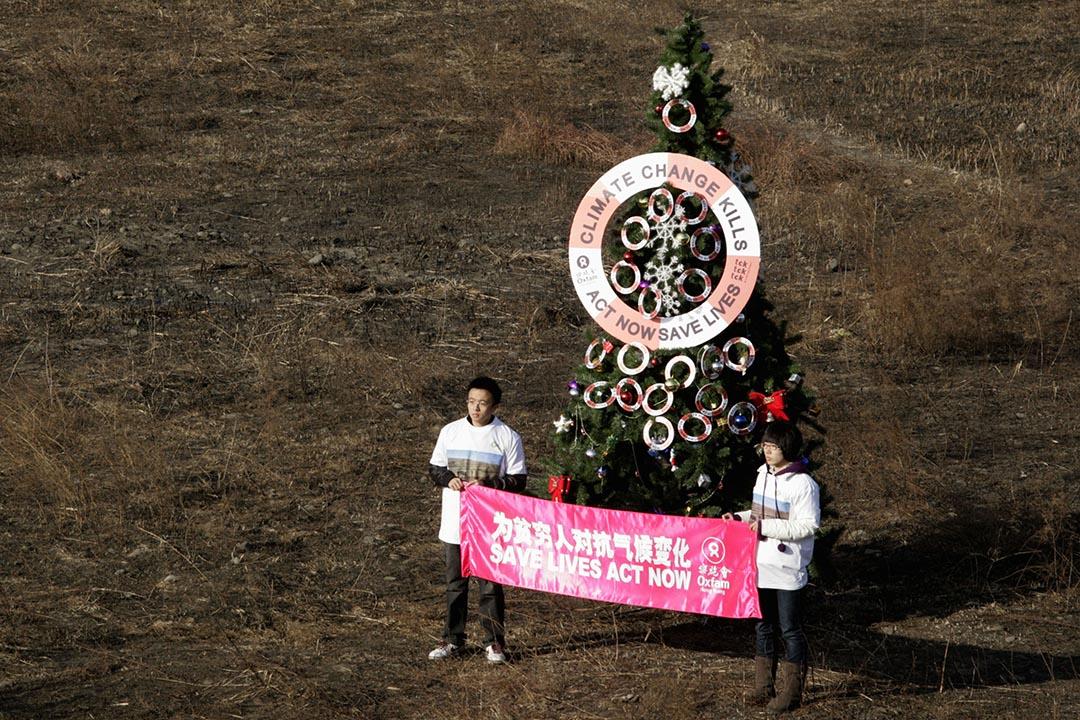 2009年12月12日,香港樂施會的義工在北京郊區一處已乾凅的河床樹立聖誕樹,呼籲中國政府關注氣候變化帶來的問題。