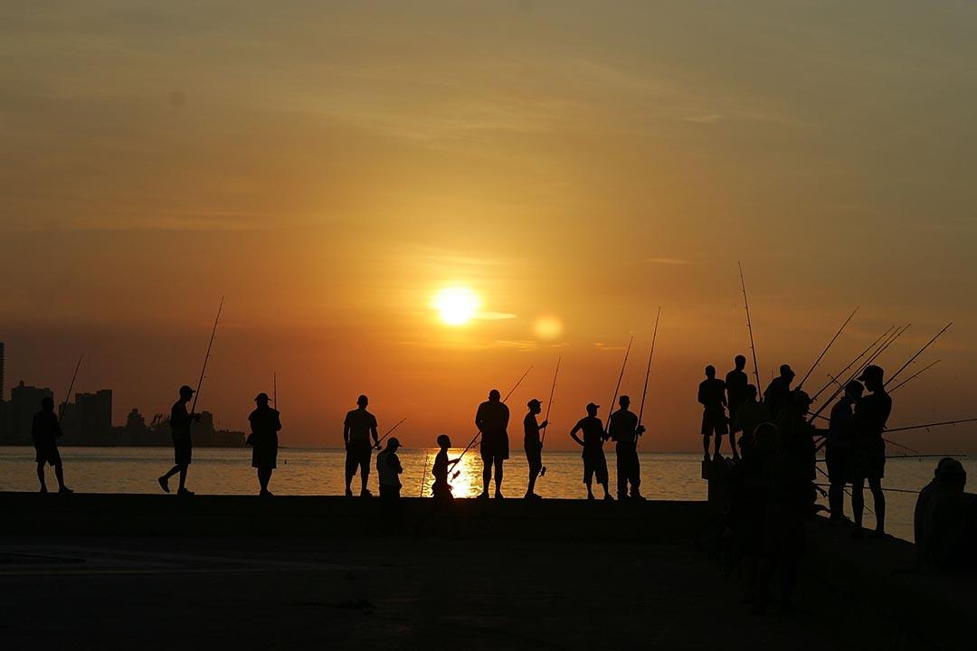 市民在馬雷孔海濱大道沿岸釣魚。攝 : Joe Raedle/GETTY
