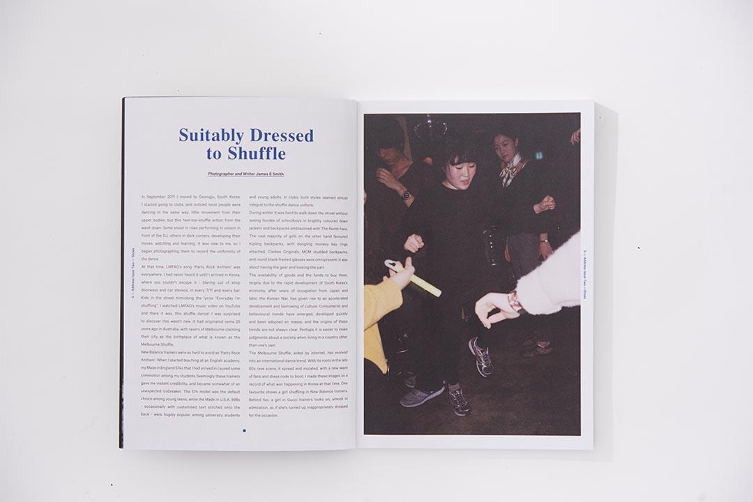 時裝時刻不只在天橋和時裝周,對於攝影師James E Smith來說在韓國街頭、夜店也是了解韓式時尚風的好地方,說的不是韓國少男少女如何配襯服飾,而是他們何解會人人都穿戴一樣的包包、Sneakers。(攝影:Lit Ma)