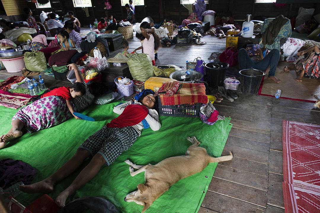 災民在避難中心避雨。摄:  Ye Aung THU/AFP