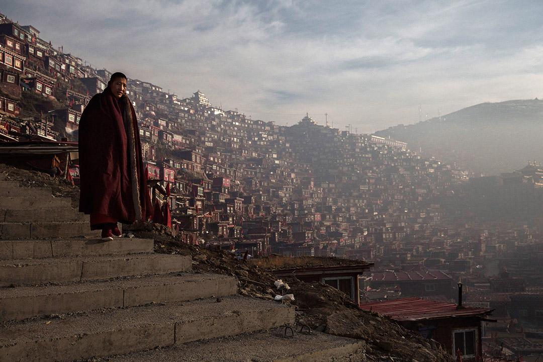 一名西藏覺姆正在前往色達喇榮五明佛學院的路上。攝:Kevin Frayer/Getty Images