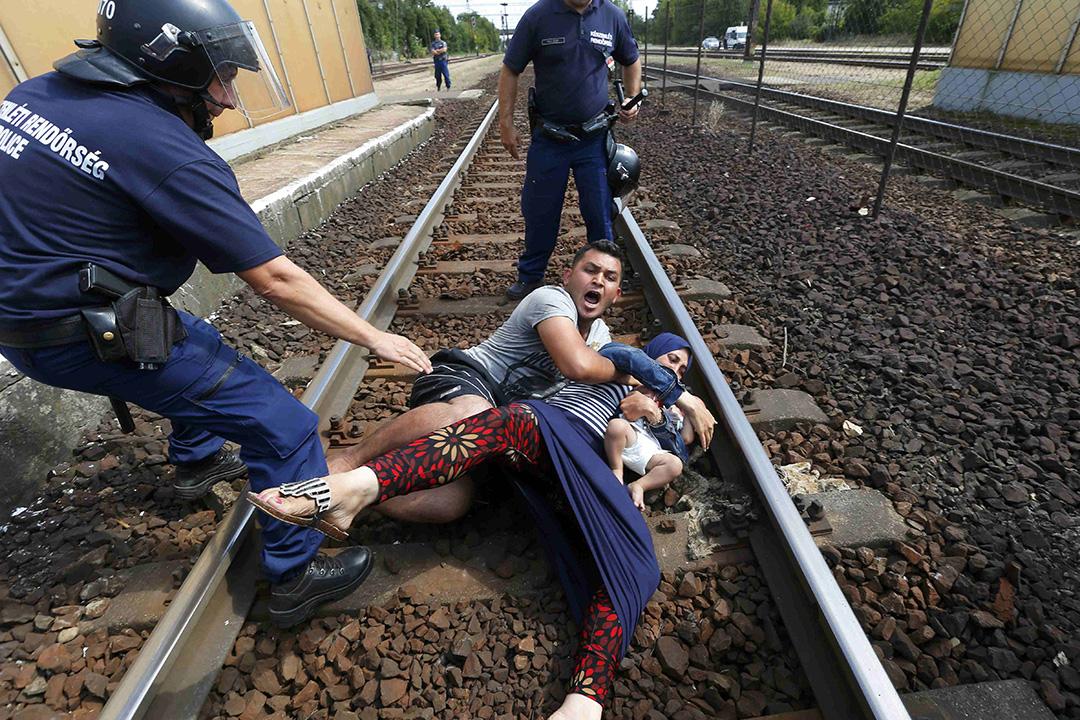匈牙利警方在Bicske火車站制止一個難民家庭離開,Bicske火車站在歐洲難民危機爆發後,成為一個前往西歐的熱門中轉站,大批難民在Bicske火車站守候,希望能登上列車前往德國。