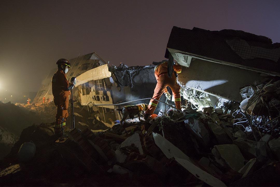 2015年12月20日,深圳光明新區泥石流事故,消防員在災場進行搜救。攝:端傳媒攝影部