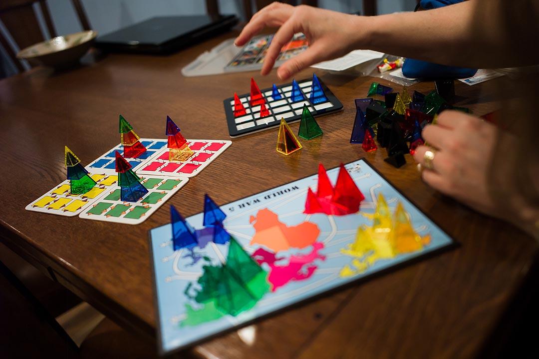 Looney Pyramids有許多玩法,Leila相信這個桌遊能給大家在火星的日子帶來許多歡樂。攝 : Xiao Chang/端傳媒