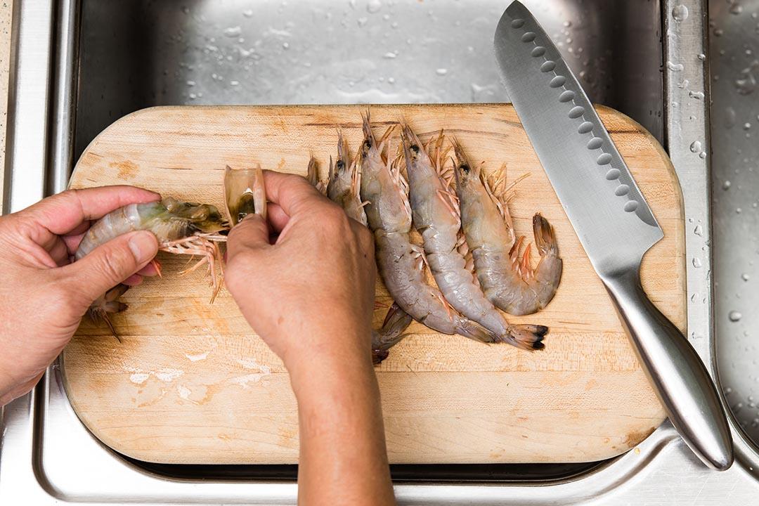 鮮蝦劏開去殼,挑腸備用,蝦頭蝦殼留起。攝:LIT MA/端傳媒