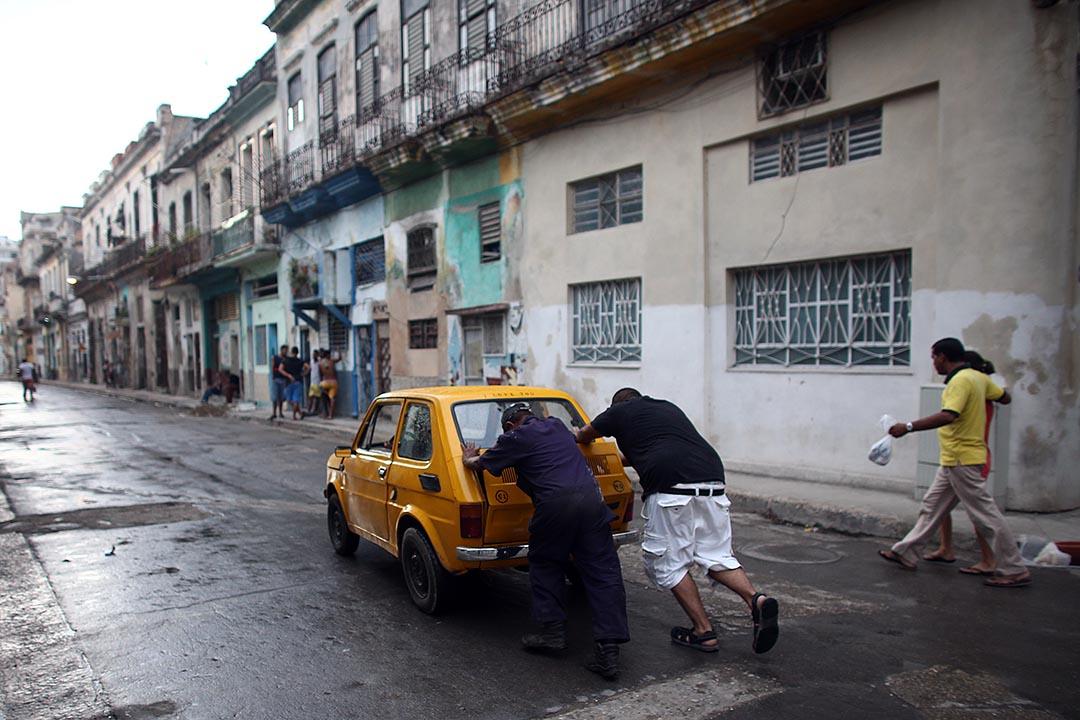 兩名市民在街上推一輛古典車。攝 : Carl Court/GETTY